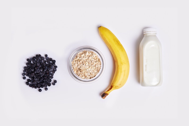 Smoothie ingredients: oats, berries, banana and almonds.